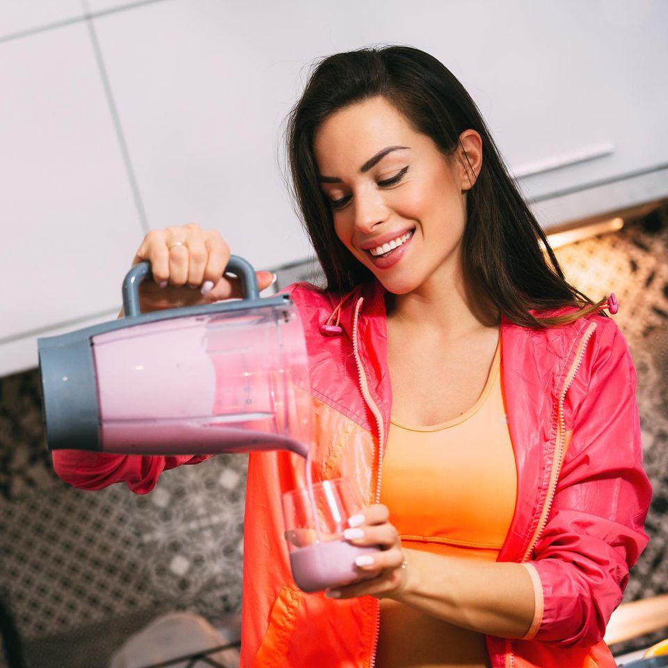 Protein-Shake, Eiweißpulver, junge Frau nach dem Training