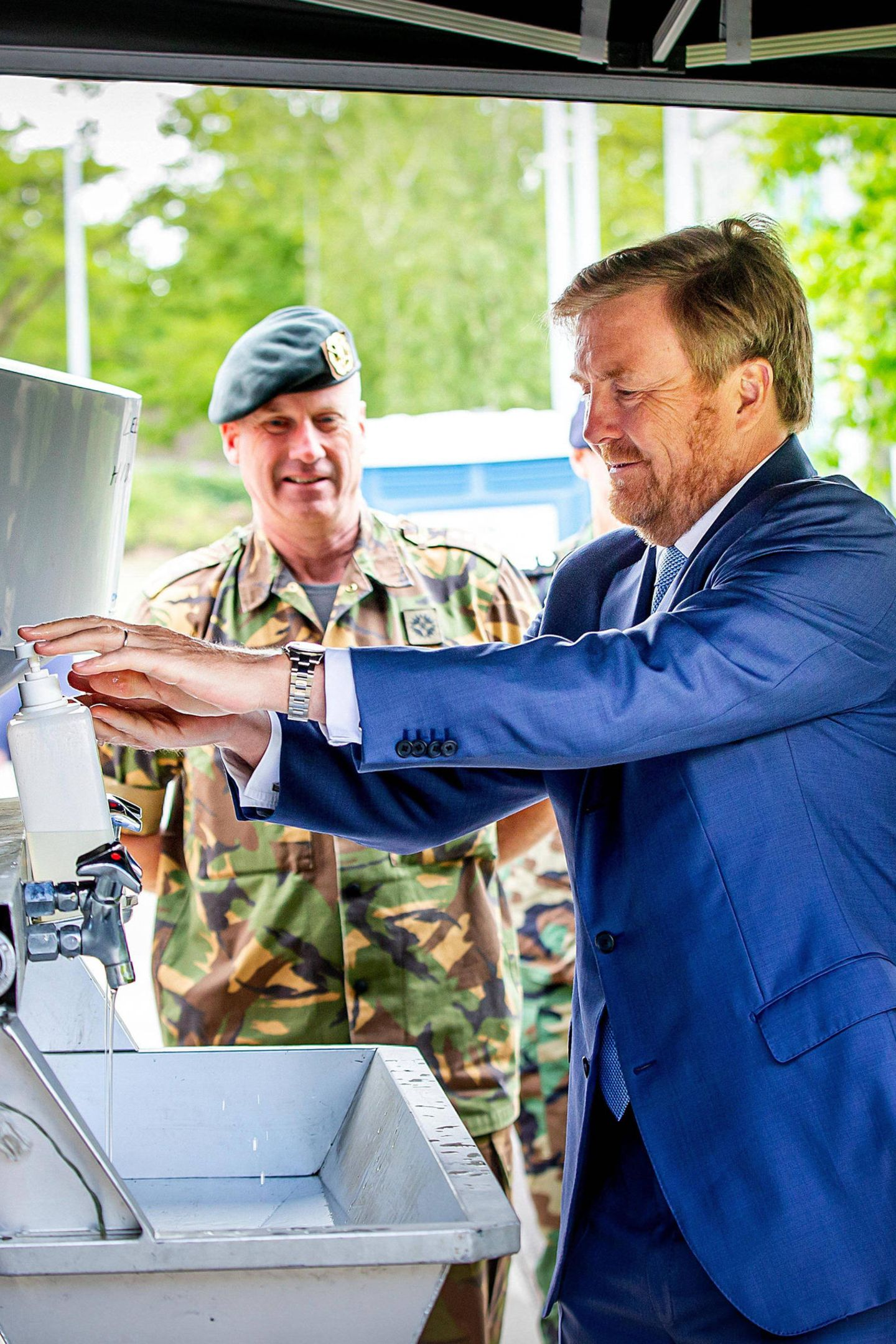13. Mai 2020  König Willem-Alexander wäscht sich während eines Besuchs im Territorial Operations Center (TOC) der Bernhard-Kaserne in Amersfoort die Hände.Aufgrund des Coronavirus erweitert das Königliche Heer seine Aufgaben und unterstützt verschiedene zivile Projekte.