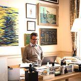 Ganz schön viel los, auf Prinz Frederiks Schreibtisch. Aber wir finde es toll: Denn der Kronprinz von Dänemark zeigt auf Instagram einen realistischen Einblick vonseinem Homeoffice. Umherliegende Unterlagen, ein Kabel-Telefon, eine abgeklebte Monitorkamera, Tasse, Glas - alles, was man eben am Schreibtischim Arbeitszimmer benötigt.