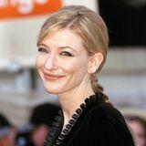 1999 erscheint Cate Blanchett in einem schwarzen Samtkleid und einem langen, geflochtenem Pferdeschwanz zu den British Academy Film Awards. Zu diesem Zeitpunkt ist die hübsche Schauspielerin 30 Jahre alt.