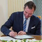 13. Mai 2020  Stolz unterschreibt der frischgebackene Papa auf dem Standesamt die Geburtsurkunde für seinen Sohn Prinz Charles Jean Philippe Joseph Marie.