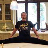 """Keine Frage, Arnold Schwarzenegger ist mit 72 Jahren immer noch topfit. Doch bei diesem Bild kommt man schon ins Staunen: Mit Zigarreim Mund sitzt der Ex-""""Terminator"""" lässig m Spagat auf der Küchenablage und vollzieht ein paar Dehnübungen. Mitseinem Instagram-Video erlaubt sich Arnie allerdings einen kleinen Scherz..."""