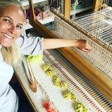 13. Mai 2020  Während der Quarantäne findet Prinzessin Mette-Marit Zeit und Muße ihreFertigkeiten am Webstuhl zu perfektionieren. Auf Instagram präsentiert sie stolz ihr neuestes Werk, und das hat eine klare Botschaft...