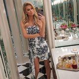 Im Bad kann sichdie Glamour-Schwester von Paris Hilton tüchtig austoben. Spiegel, Marmor und viel Glas zaubern aus dem stillen Örtchen einen palastwürdigen Raum.