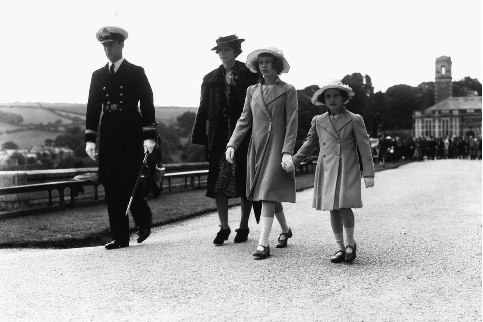 Prinzessin Elizabeth (2.v.r.) und ihre Schwester Prinzessin (r.), begleitet von Lord and Lady Mountbatten, beim Besuch des Royal Naval College in Dartmouth am 22. Juli1939. An diesem Tag soll sich Elizabeth in Philip verguckt haben.