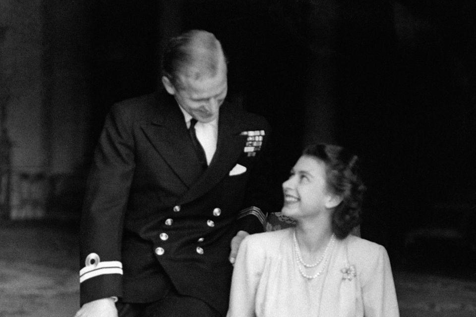 Queen Elizabeth II. & Prinz Philip: Vom Kennenlernen bis heute: Ihre Liebesgeschichte