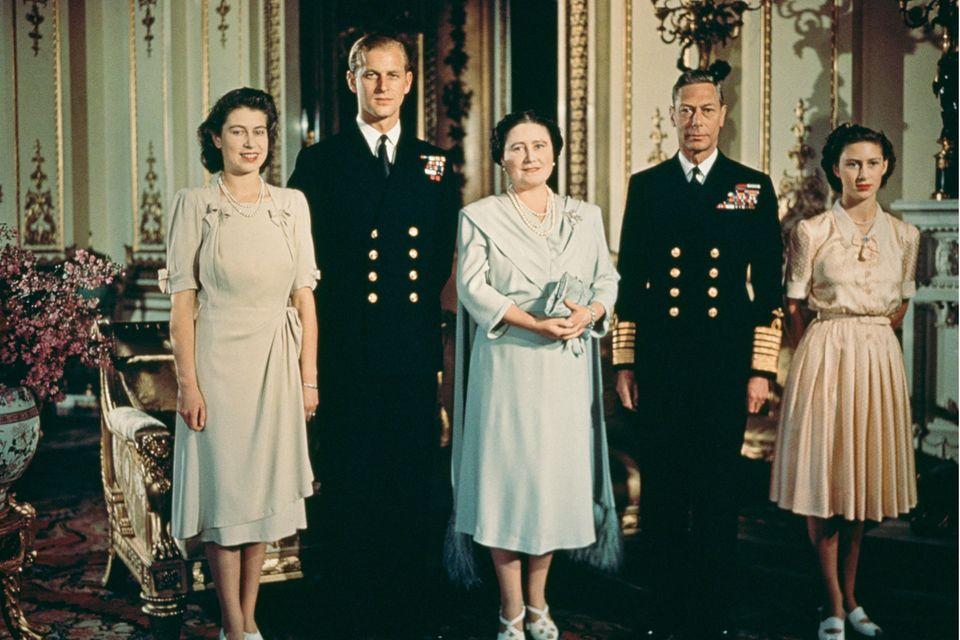 Prinzessin Elizabeth liebt Philip Mountbatten. Damit muss sich ihre Mutter, Königin Elizabeth (später: Queen Mum) arrangieren. König Georg ist mit dem Zukünftigen seiner ältesten Tochter einverstanden. Mit Prinzessin Margaret posiert die Familie hier 1947 im Buckingham Palast.