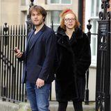 Der Hunger treibt dieTurteltäubchenauf die Straßen Londons: Anna Ermakova und ihr Freund warten sehnsüchtig auf ihreEssensbestellung und wagen sich in Jeans und Mantel trotz Quarantäne-Empfehlungnach draußen. Zwischendurch wird die Wartezeitmit Küssen verkürzt.