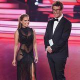 """Einen sehr ähnlichen Look haben wir bereits bei Sylvie Meis im Finale 2017 der zehnten Staffel """"Let's Dance"""" gesehen. Die hübsche Moderatorin setzt ebenfalls gerne auf durchsichtige Elementeund XXL-Beinschlitz beim schwarzen Abendkleid."""
