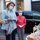 """14. Mai 2020  Königin Mathilde engagiert sich für Bedürftige und bringt familiäre Unterstützung mit. Zusammen mit ihrer Tochter Prinzessin Eléonore unterstütztsie die Lebensmittelausgabe des Restaurants für Obdachlose """"Kamiano"""" in Brüssel."""