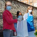 14. Mai 2020  Die jüngste Tochter des belgischen Königspaares zeigt vollen Einsatz. Mit Mundschutz und Handschuhen ausgerüstet verteilt Prinzessin Elónore fleißig Tüten gefüllt mit Lebensmitteln an die bedürftigen Menschen.