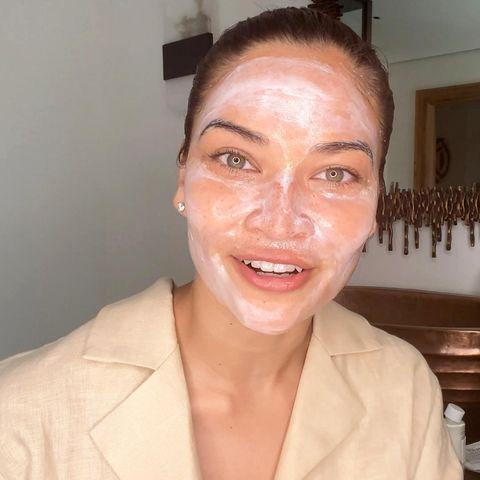 """Masken für den guten Zweck: Dr. Barbara Sturm hat gemeinsam mit vielen Prominenten ein Live-Spenden-Event, den #SturmMaskathon, gehostet. Beim Livestream auf Youtube war auch """"Victoria's Secret""""-Model Shanina Shaik dabei, die uns ganz nebenbei auch noch einen Einblick in ihr hübsches Badezimmer gewährt."""