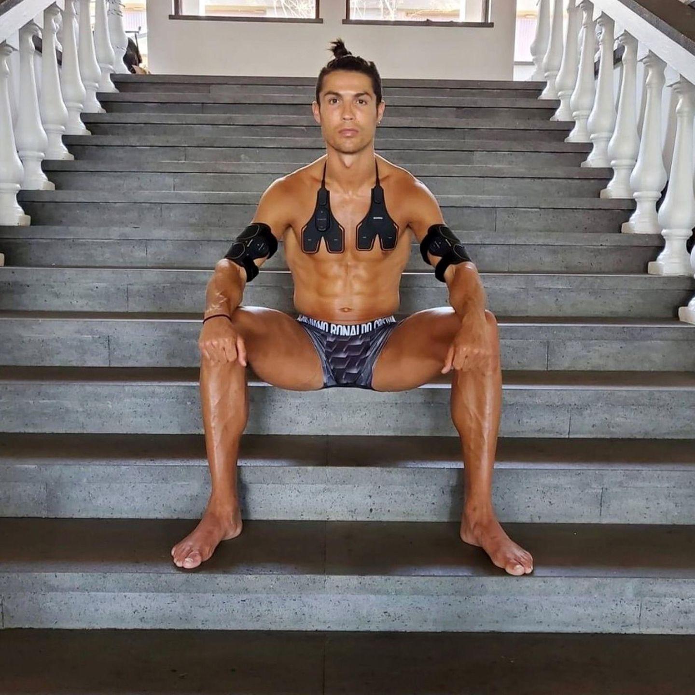 15. Mai 2020  Cristiano Ronaldo steht unter Strom. Wortwörtlich, denn um seinen muskulösen Körper in Form zu halten, nutzt der Fußball-Star auch gerne malEMS-Equipment statt klassischem Training. Und sich richtig in Szene zu setzen, beherrscht er ja bekanntlich sowieso aus dem Effeff.