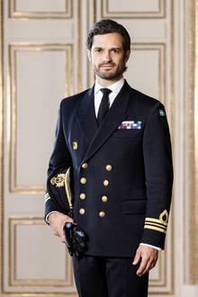 """15. Mai 2020  Dieses Foto von Prinz Carl Philip in stattlicher Militäruniform im Stockholmer Schlosshat der Palast anlässlich seines 41. Geburtstages herausgegeben. Das Besondere: Es ist das erste Mal seit 2015, dass derPrinz für ein offizielles Hof-Porträt in Kleidung der Streitkräfte abgelichtet wurde. Was steckt dahinter?  Das schwedische Frauenmagazin """"SvenskDamtidning"""" mutmaßt, in der Coronakrise brauche die königliche Familie alle verfügbaren Kräfte und damit auch die Unterstützung von Carl Philip. Und das, obwohl der König die Kinder Carl Philips und Sofias im Oktober 2020 aus dem Königshaus ausgeschlossen hat. Eine Entscheidung, mit der die Presse auch den Stern Carl Philips sinken sah. Vielleicht, fragt """"SvenskDamitdning"""",ist das Fotoein Zeichen dafür, dass Prinz Carl Philip wieder stärker in Repräsentationsaufgaben eingebunden wird und das im Bereich Militär?"""