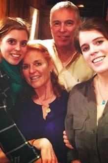 """15. Mai 2020  Die Familie York hält zusammen: Auf Twitter postet Sarah Ferguson diesen innigen Familienschnappschuss von sich,Ehemann Prinz Andrew und den gemeinsamenTöchtern Prinzessin Beatrice (l.) und Prinzessin Eugenie (r.). """"Am Internationalen Familientag bin ich so stolz auf unsere vereinte, liebende Familie"""", schreibt Fergie dazu. Damit setzt sie ein starkes Zeichen der Unterstützung für Prinz Andrew, der im November 2019 mit einem Interview über seine Freundschaft zu Sexualstraftäter Jeffrey Epstein (†) für einen Skandal gesorgt hatte. Nach dem Rücktritt von seinen royalen Pflichten hat sich Andrew nahezu vollständig aus der Öffentlichkeit zurückgezogen."""