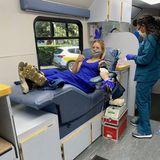 In Zeiten der Coronakrise sind Blutspenden wichtiger denn je. Kristen Bell macht's ganz vorbildlich: Sie lässt sich in Los Angeles ganz tapfer eine Portion davon abzapfen.