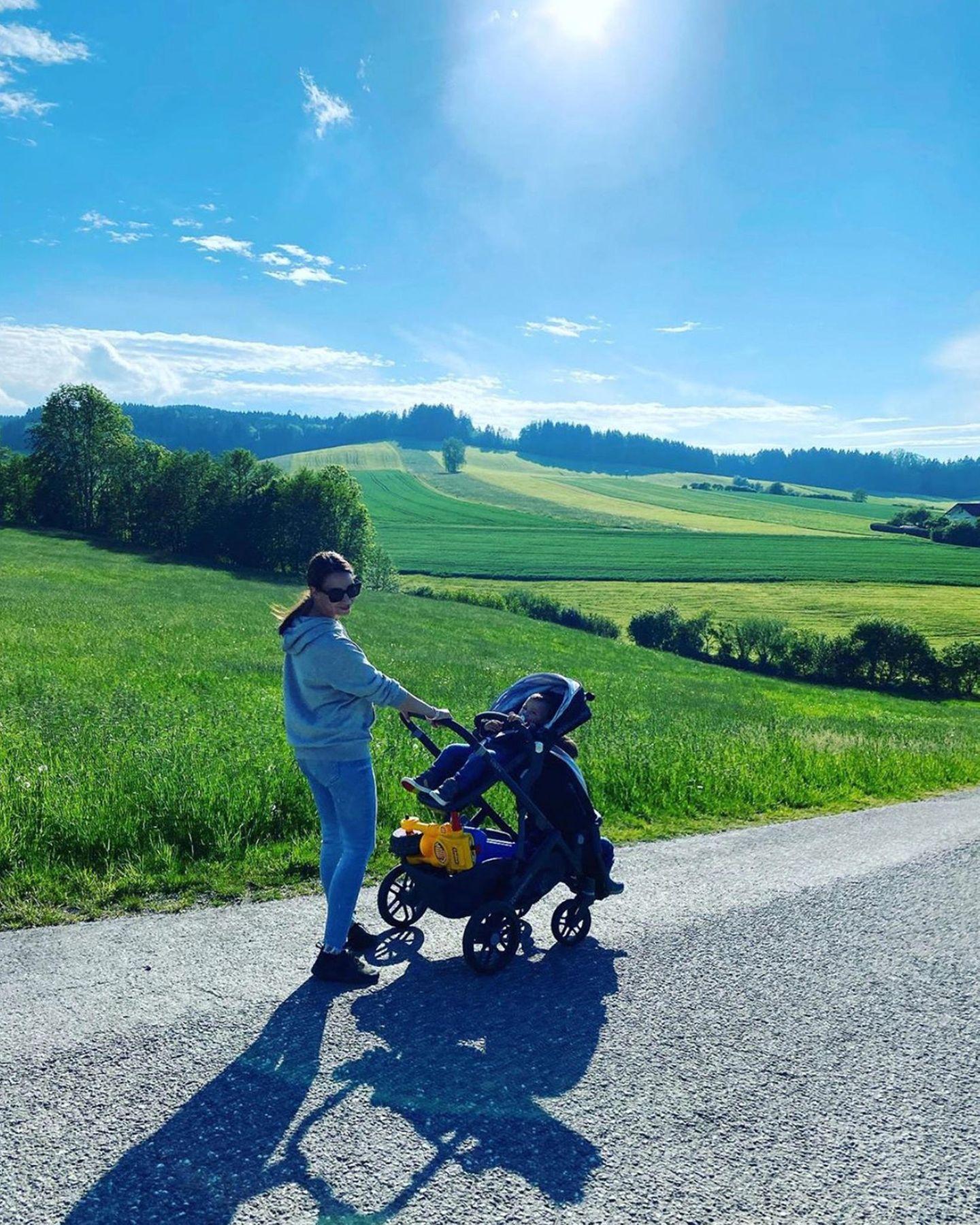 Landluft tut gut! Sila Sahin genießt bei einem schönen Spaziergangmit Sohn Elijaden Sonnenschein.