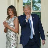 Melania Trump zeigt sich an der Seite von Ehemann Donald im Rosengarten des Weißen Haus in Washington. Sie trägt ein enges, knielanges Kleid mit Blumenmuster.