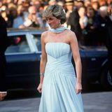 Prinzessin Diana schwebt 1987 in diesem Traumkleid von Catherine Walker über den roten Teppich von Cannes.