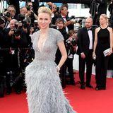 Federleicht schwebt Naomi Watts bei der Eröffnungsfeier von Cannes 2015 in diesem Couture-Look von Armani Privé über den Red Carpet.