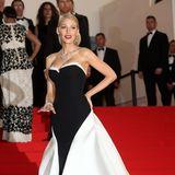 Blake Lively gibt 2014 im Schwarz-Weiß-Look von Gucci die perfekte Hollywood-Diva.
