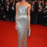 Einen besonders glanzvollen Auftritt legt Naomie Harris im Bustier-Look von Armani Privé auf den roten Teppich von Cannes 2013.