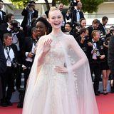 Wie eine Prinzessin schwebt Elle Fanning 2019 in diesem Traumkleid von Ralph & Russo über den roten Teppich von Cannes.