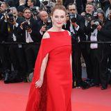 Julianne Moore begeistert 2018 in diesem farblich auffälligen Red-Carpet-Traum von Givenchy.