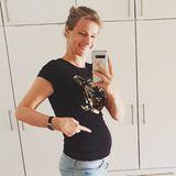 Auch Olympia-Siegerin Britta Heidemann zeigt auf Instagram stolz ihren Babybauch. Sie erwartet ihr erstes Kind mit ihrem Partner, Kunstflug-Weltmeister Matthias Dolderer. Nachdem sie ihre Sportkarriere an den Nagel gehangen hat, wartet jetzt also die nächste große Herausforderung.