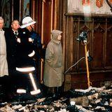 """Queen Elizabeth begutachtet am Morgen nach dem Feuer die Schäden. Sie sei """"am Boden zerstört, und helfe, Habseligkeiten zu bergen,lässt ihr Sohn Prinz Andrew die Presse wissen."""