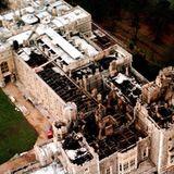 Aus der Luft zeigt sich der verheerende Schaden in seinem ganzen Ausmaß: Neun Hauptsäle und mehr als 100 Nebenräume des Schlosses sindbeschädigt, insgesamt etwa 9.000 Quadratmeter. Außerdem ist das Dach der St. George's Kapelle zusammengebrochen. Schuld ist nicht nur das Feuer, sondern auchdas Löschwasser:6,8 MillionenLiter sind in das Gebäude gepumpt worden.  Die gute Nachricht:Um die 300 Uhren, eine Sammlung von Miniaturen, tausende, wertvolleBücher und historischeManuskripte sowie Kunstwerke können vor den Flammengerettet werden. Maßgeblich an der Aktion beteiligt: Prinz Andrew.
