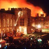 Feuer auf Schloss Windsor  Am 20. November 1992, um 11:15 Uhr am Morgen, stecktauf Schloss Windsor einHalogenstrahlerin der Privatkapelle der Queen einen Vorhang in Brand. Das Feuer breitet sich in Windeseile aus - und wütet fünfzehn Stunden lang. 200 Feuerwehrmänner geben ihr Bestes, um das historische Gebäude zu retten. Die Queen, die sich im Buckingham Palast aufhält, erfährt durch ihren Sohn Prinz Andrewvon dem Unglück.