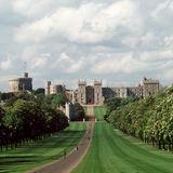 Schloss Windsor wird seit dem11. Jahrhundert vom regierenden Monarchenals Residenz genutzt.Mit dem Ort verbindet die Queen besondere Erinnerungen: Im Zweiten Weltkrieg werden sie und Prinzessin Margaret hierhin in Sicherheit gebracht. Später verbringt die Queen mit ihrer eigenen Familie regelmäßig ihre Wochenenden auf dem Schloss, seit 2001 ist Windsor sogar ihr Hauptwohnsitz.2018heiraten zwei ihrer Enkel -erst Prinz Harry, dann Prinzessin Eugenie -in derSt. George's Kapelle.