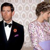 """""""VomBuckingham Palast wird bekannt gegeben, dass der Prinz und die Prinzessin von Wales mit Bedauern beschlossen haben, sich zu trennen.""""Diese 21 Worte, ausgesprochen vom britischen PremierministerJohn Majorvor dem Parlament in London, schocken am 9. Dezember 1992 die ganze Welt. Der Trennung vorausgegangen ist eine Schlammschlachtin den Medien, in der der Name Camilla Parker Bowles eine entscheidende Rolle gespielt hat.Alles in allemein PR-Desaster für den Palast. Im August 1996 wird das Paar geschieden."""