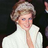 Tod von Prinzessin Diana  31. August 1997:Die Welt steht erneut unterSchock: Prinzessin Diana, dieKönigin der Herzen, ist tot. Gestorben mit nur 36 Jahren nach einem Autounfall in Paris, auf der Flucht vor Paparazzi.Zu Tausenden legen Trauernde Blumenbouquetsvor den Palästen in London ab undstehen stundenlang Schlange, um in Kondolenzbüchern letzte Worte an Diana zu richten. Wildfremdeliegen sich auf der Straße in den Armen, weinen bitterlich. Ein Land, eine Welt, ist in Trauer vereint.