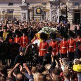 Am 6. September 1997 findet in London eine Trauerfeier für Diana statt - und die Queen tut etwas, dass sie nur äußert selten für jemanden tut: Als derSarg Dianas an ihr vorbeifährt, neigt die Queen ihren Kopf, um ihrer Schwiegertochter Respekt zu zollen.