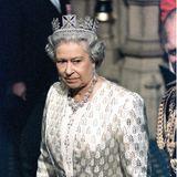 Doch es sind nicht nur Tränen, die man auf den Gesichtern in diesen Tagen sieh -sondern auch Ärger:Queen Elizabethschweigt beharrlich zum Verlust ihrer Schwiegertochter. Sie hat die tragische Nachricht im jährlichen Sommerurlaub mit Prinz William, Prinz Harry undPrinz Charles auf Schloss Balmoral in Schottland erhalten.  Es ist einer der sehr seltenen Momente, in der die Queen ihre Rolle als Großmutter vor die als Königin stellt: Elizabethentscheidet, zum Schutz und zurUnterstützung von Harry und William nicht sofort nach London zu reisen. Der Tod Dianas, so empfindet sie es, ist eine Privatangelegenheit. Schließlich gehörtdie Ex-Frau von Prinz Charles seit der Scheidung 1996 nicht mehr zur königlichen Familie.