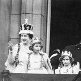 Durch die Abdankung Edwards wird das Schicksal von Queen Elizabeth besiegelt: Ihr Vater wird zu König George VI. ernanntund Elizabeth damit zu seiner Nachfolgerin. Am 12. Mai 1937 winken Königin Elizabeth (später bekannt als Queen Mum), Prinzessin Elizabeth, Prinzessin Margaret und der König nach der Krönung vom Balkon des Buckingham Palastes.  Die unbeschwerte Kindheit des kleinen Mädchens, das eigentlich nie für den Thron vorgesehen war, ist somit vorbei.