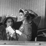 Die Queen sieht sich der bis datoschwierigsten Entscheidungihres Lebens gegenüber: Nach dem Royal Marriages Act von 1772 muss sie als Königin eine Ehe zwischen Margaret (links im Bild) und Townsend (rechts im Bild) genehmigen.Das Problem: Die Kirche Englands verbietet die Wiederheirat eines Geschiedenen wie Townsend, wenn der Ex-Ehepartner noch lebt. Unter dem Druck von PremierministerWinston Churchill und der Kirche versagt die Queen ihrer Schwester schweren Herzens die Erlaubnis für das Jawort.