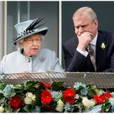 """Das Entsetzen nach dem Interview über Jeffrey Epstein ist groß. Es mangele dem Prinzen an Empathie für die Opfer Epsteins, heißt es. Zudem seien seineAussagen ausweichend und irreführend. Kurzum: Viele halten Andrewfür unglaubwürdig. Der Ruf der Monarchie ist wieder einmal gefährdet.  Die öffentliche Meinung hat Konsequenzen für Prinz Andrew:Er verkündet seinen Rückzug von öffentlichen Aufgabenals Repräsentant des Königshauses. In einem offiziellen Statement schreibt er:  """"In den letzten Tagen wurde mir klar, dass die Umstände, die sich aus meiner früheren Verbindungmit Jeffrey Epstein ergeben, die Arbeit meiner Familie und die wertvolle Arbeit in den vielen Organisationen und Wohltätigkeitsorganisationen, die ich mit Stolz unterstütze, erheblich beeinträchtigen. Deshalb habe ich Ihre Majestät gefragt, ob ich auf absehbare Zeit von den öffentlichen Pflichten zurücktreten darf, und sie hat ihre Erlaubnis erteilt."""""""