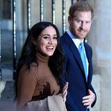 Am 8. Januar 2020, nach vielen Monatender Kritik, des missverstanden Fühlens, der Isolierung und desKampfes um ein selbstbestimmteres Lebengeben Harry und Meghan ihren Rücktritt als Senior Royals bekannt. Das Entsetzen in England ist groß. Viele nehme dem Paar die Entscheidung übel und sehen sie vor allem als Enttäuschung für die Queen.Harry als Sympathie- und Leistungsträger der Monarchie zu verlieren soll die Königin verletzen, heißt es hinter vorgehaltener Hand. Öffentlich hingegen sichert die Queen ihrem Enkel und dessen Frau in einem Statement Unterstützung zu.