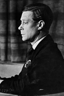 """Abdankung von König Edward VIII.  11. Dezember 1936. Es ist der Tag der größten Krise in der jüngeren Geschichte der britischen Monarchie und der Familie Windsor: König Edward VIII. dankt nach nur zehn Monaten Amtszeit ab. In einer Radioansprache meldet er sich von Schloss Windsor an sein Volk.  """"Sie alle kennen die Gründe, die mich gezwungen haben, auf den Thron zu verzichten. Aber ich möchte, dass Sie verstehen, dass ich bei meiner Entscheidung weder das Land noch das Reich vergessen habe, dem ich als Prinz von Wales, und in letzter Zeit als König, seit 25 Jahren zu dienen versucht habe."""