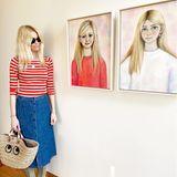 Eigentlich hält Claudia Schiffer ihre Töchter von der Öffentlichkeit fern. Jetzt bekommen Fans die beiden doch zu Gesicht: Auf Instagram bedankt sich das Supermodel bei Künstlerin Suzy Platt, die Porträts der Mädchen für das Haus von Claudia und ihrer Familie anfertigte.