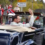 17. Mai 2020  Im offenen Oldtimer unternehmen Mette-Marit und Haakon anschließend noch eine Spritztour, um die Nachbarn in der Gegend zu begrüßen.