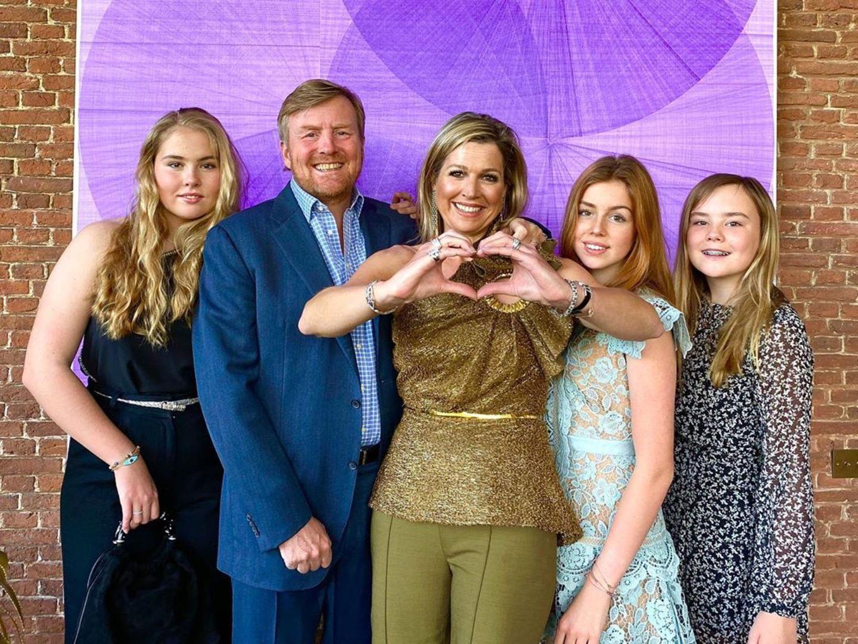 Die niederländische Königsfamilie veröffentlicht ein neues Foto: Neben einer gewohnt stylischen Máxima zeigen sich auch ihre ältesten Töchter Amalia und Alexia modischer denn je! Thronfolgerin Amalia trägt ein mit Diamanten bestecktes One-Shoulder-Top für 290 Euro und Alexia wählt ein hellblaues Spitzenkleid für 360 Euro - beides von Self Portrait.