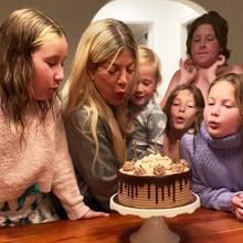 """Happy Birthday, Tori Spelling! Der """"Beverly Hills, 90210""""-Star feiert ihren 47. Geburtstag in Quarantäne, und ihre Kids Stella, Beau, Finn, Liam und Hattie helfen kräftig mit, die Kerzen auf der Schokocremetorte auszupusten."""