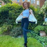 Anna Ermakova kann auch anders! Meist zeigt sich das Model recht freizügig und leicht bekleidet auf ihrem Instagram-Account, dieses Bild beweist jedoch: Anna sieht auch mit etwas mehr Stoff hinreißend aus. High-Waist-Jeans, Top und Blouson in Kombination mit Lack-Boots beweisen, dass das Model durchaus ein Gespür für Mode hat.
