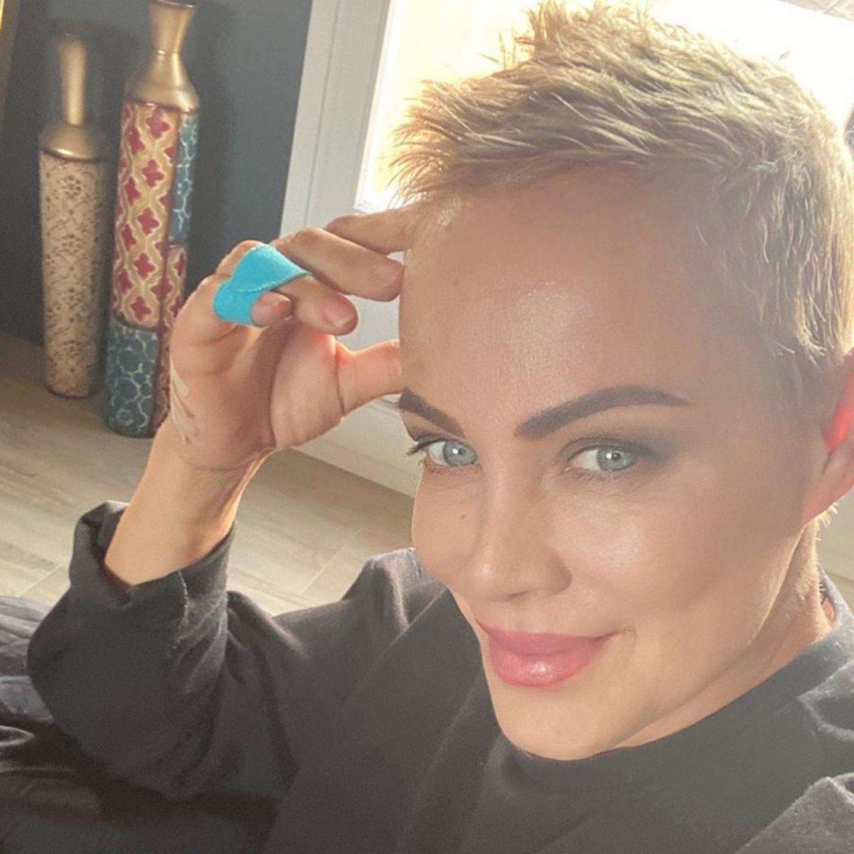 Jetzt zeigt sich die Schauspielerin mit raspelkurzen blonden Haaren. Wir finden: Sie kann natürlich alles tragen - aber der neue Schnitt betont ihre feinen femininen Gesichtszüge besonders raffiniert.