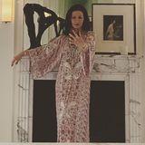 Was für ein Schnappschuss! Catherine Zeta-Jones gewährt ihren Followern einen Einblick in ihr luxuriösesZuhause. In einem atemberaubenden Kaftanposiert die Frau von Michael Douglas vor ihrem beidseitig beleuchteten Marmorkamin - dabei fallen jedoch vor allem die imposanten Bogengängeins Auge.
