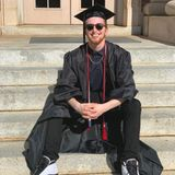Stolz teilt Mama Julianne Moore ein Foto ihres mittlerweile erwachsenen Sohnes auf Instagram und gratuliert ihm damit zu seinem College-Abschluss, den er 2020 mit Auszeichnung besteht.